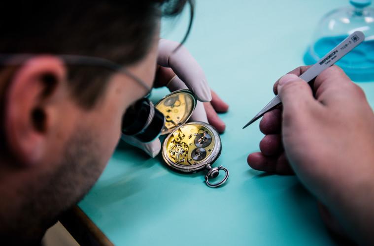 Kết quả hình ảnh cho thợ sửa đồng hồ orient uy tín
